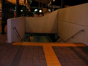 舞浜駅北口に抜ける階段(SPA&HOTEL 舞浜ユーラシアの送迎バス乗り場へ)